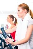 Женщины на cardio тренировке в спортзале Стоковые Фото