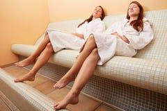 Женщины на heated стенде отдыхая позже Стоковое Изображение RF