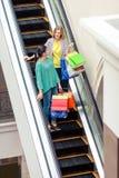 Женщины на moving лестнице Стоковое Фото