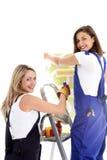 Женщины на wallpapering работы Стоковые Изображения