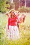 4 женщины нося венки на луге Стоковые Изображения RF