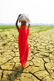 Женщины нося корзины на сухой земле Стоковая Фотография RF