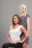 2 женщины нося модные платья Стоковое Изображение