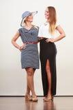 2 женщины нося модные платья Стоковые Изображения