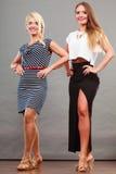 2 женщины нося модные платья Стоковые Фото