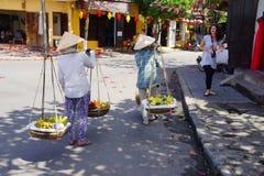 2 женщины нося плодоовощ Стоковые Фотографии RF