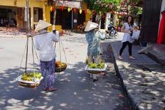 2 женщины нося плодоовощ Стоковая Фотография