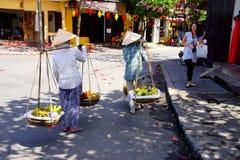 2 женщины нося плодоовощ Стоковые Фото
