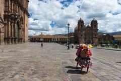 2 женщины нося традиционные одежды в площади de Armas в городе Cuzco, в Перу Стоковое Изображение RF