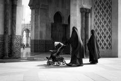 Женщины нося niqabs в мечети ` s Касабланки, Марокко стоковые изображения rf