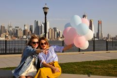 Женщины Нью-Йорка городские наслаждаясь взглядом городского горизонта Манхаттана, перемещения лета в США Стоковые Фото
