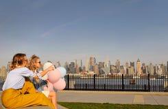 Женщины Нью-Йорка городские наслаждаясь взглядом городского горизонта Манхаттана, перемещения лета в США Стоковые Фотографии RF