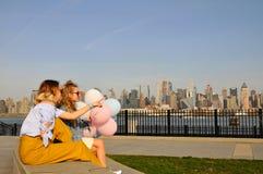 Женщины Нью-Йорка городские наслаждаясь взглядом городского горизонта Манхаттана, перемещения лета в США Стоковые Изображения RF