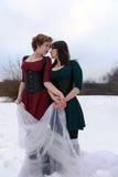 2 женщины обнимают в лесе Стоковые Изображения