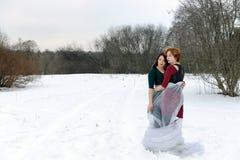 2 женщины обнимают в лесе Стоковое фото RF