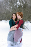 2 женщины обнимают в лесе Стоковая Фотография RF