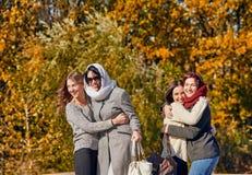 Женщины обнимая на природе Стоковые Фото