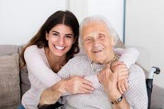 2 женщины обнимая один другого дома Стоковые Фото