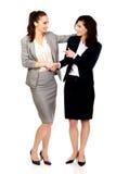 2 женщины обнимая один другого Стоковые Фотографии RF