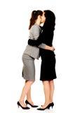 2 женщины обнимая один другого Стоковое Изображение RF