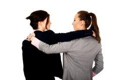 2 женщины обнимая один другого Стоковая Фотография
