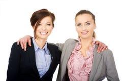 2 женщины обнимая один другого Стоковые Изображения