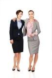 2 женщины обнимая один другого Стоковые Фото