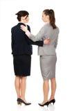 2 женщины обнимая один другого Стоковое фото RF