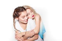Женщины обнимая при закрытые глаза Стоковые Фото