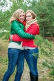2 женщины обнимая outdoors Стоковая Фотография