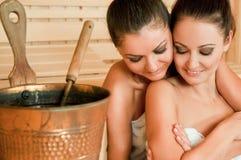 женщины обнимая sauna Стоковые Изображения RF