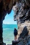 Женщины образа жизни людей перемещения туристские в отключении летнего времени и каникул в пещере около моря в Keo Sichang, турис стоковое фото rf
