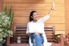 Женщины образа жизни работают не по найму для того чтобы насладиться работать место для работы outdoors ноутбука в кофейне для ра стоковое фото rf