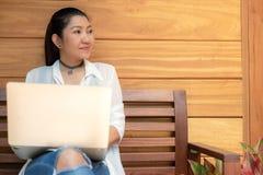 Женщины образа жизни работают не по найму для того чтобы насладиться работать место для работы outdoors ноутбука в кофейне для ра стоковое изображение
