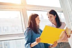 2 женщины обсуждая бизнес-план работа команды Стоковая Фотография