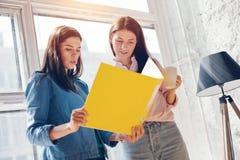 Женщины обсуждая бизнес-план Стоковое фото RF