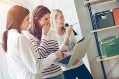 Женщины обсуждая план проекта Офис открытого пространства Смеяться над и эмоции Стоковая Фотография