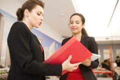 2 женщины обсуждая работу в офисе Стоковая Фотография RF