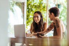 Женщины обсуждая работу сидя на ресторане Стоковые Фотографии RF