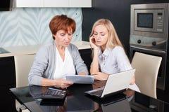Женщины обсуждая документы дома Стоковая Фотография RF