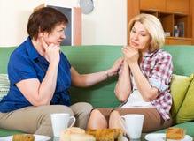 2 женщины обсуждая проблемы Стоковое фото RF