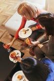 Женщины общаясь дома Стоковое Изображение