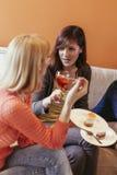 Женщины общаясь дома Стоковая Фотография