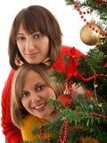 2 женщины около рождественской елки Стоковые Фото