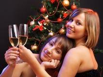 Женщины около рождественской елки Стоковые Изображения RF