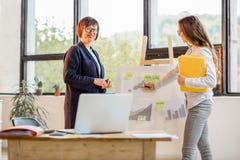 Женщины около chartboard на офисе Стоковые Фотографии RF