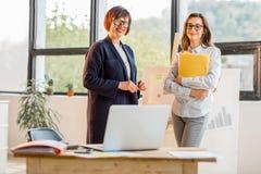 Женщины около chartboard на офисе Стоковые Фото