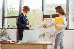 Женщины около chartboard на офисе Стоковое фото RF