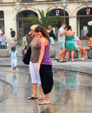 2 женщины освежают в брызге фонтана Стоковая Фотография RF