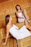 Женщины ослабляя в sauna Стоковая Фотография RF